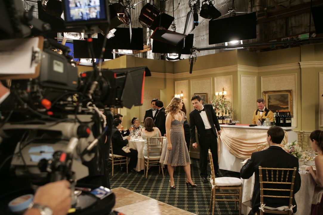 Hinter den Kulissen: Josh Radnor alias Ted (r.) und Ashley Williams alias Victoria (l.) bereiten sich auf ihre Szene vor ... - Bildquelle: 20th Century Fox International Television