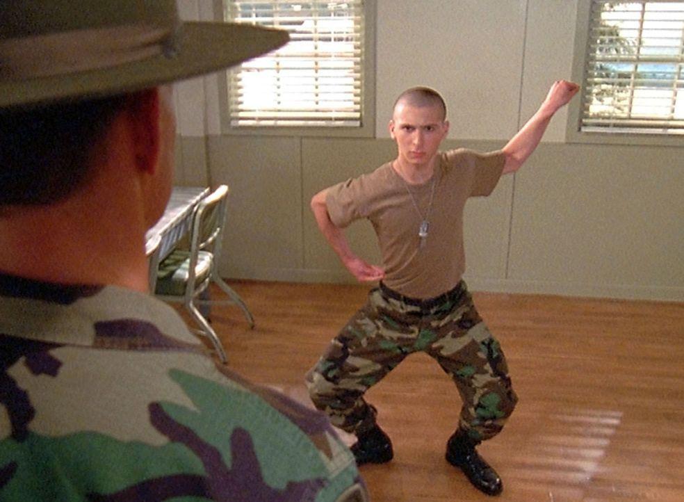 Reese (Justin Berfield, r.) macht weiterhin Fortschritte bei der Armee, so dass er schon bald zum Truppenführer ernannt wird ... - Bildquelle: TM +   2000 Twentieth Century Fox Film Corporation. All Rights Reserved.