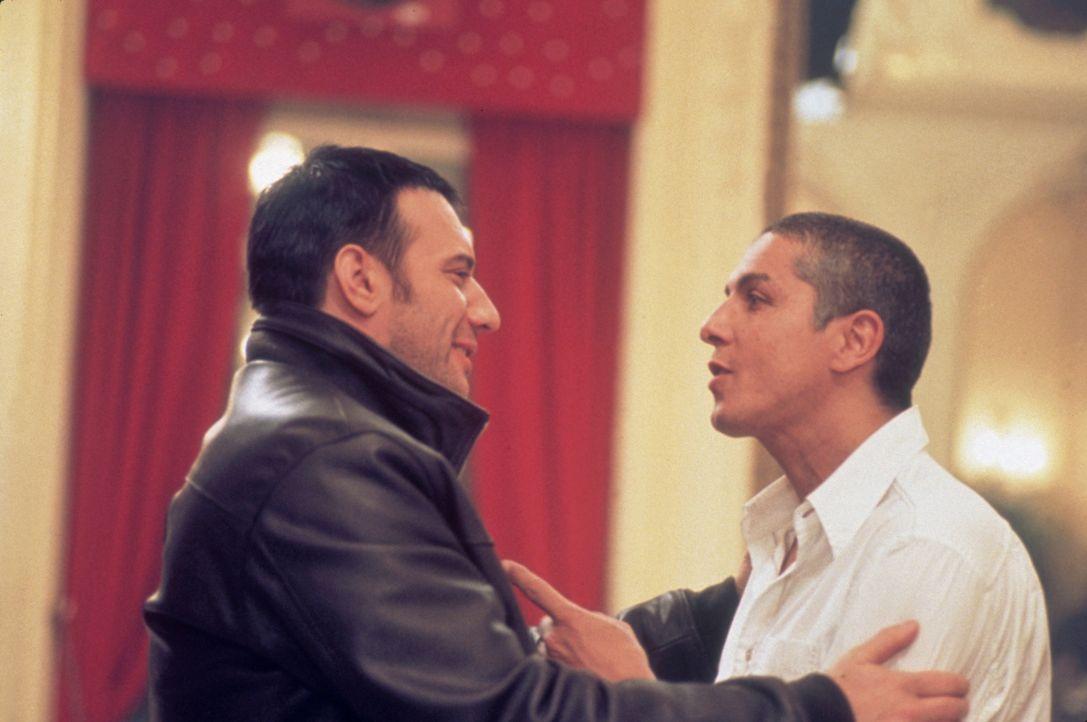 Die Blutsbrüder Dris (Samuel Le Bihan, l.) und Yanis (Samy Naceri, r.) sind spezialisiert auf bewaffnete Überfälle. Doch Dris will nach vier Jahren... - Bildquelle: Sony Pictures Television International. All Rights Reserved.