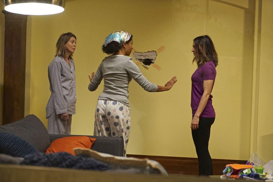 Meredith (Ellen Pompeo, l.) lebt zusammen mit Maggie (Kelly McCreary, M.) und Amelia (Caterina Scorsone, r.) im Haus ihrer Mutter. Dabei kommt es al... - Bildquelle: Richard Cartwright ABC Studios