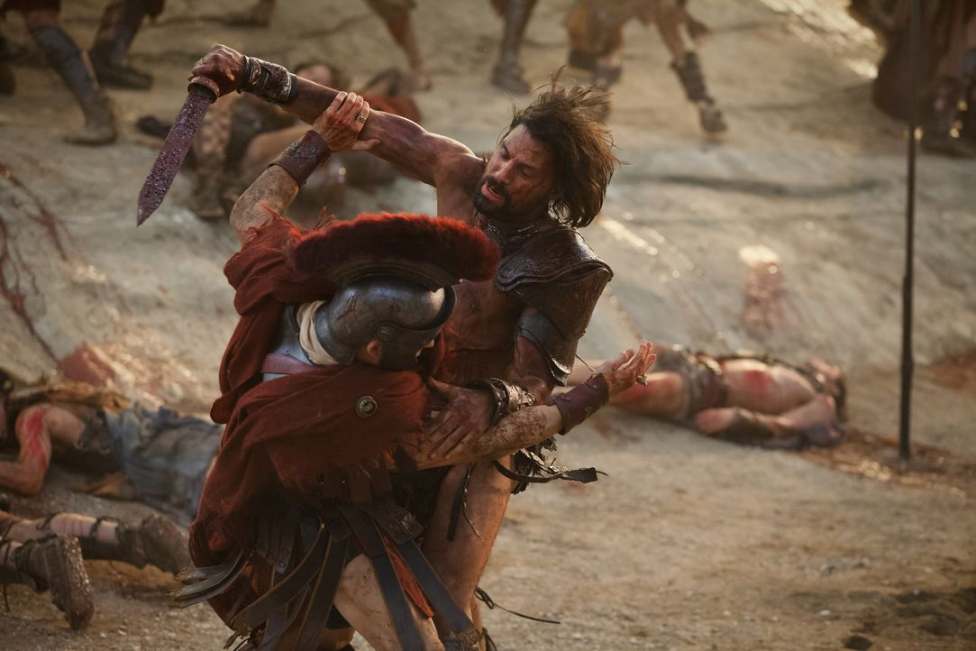 Kaum sieht sich Crixus (Manu Bennett, r.) am Ziel seiner Wünsche, da tauchen auch schon Marcus Crassus, Tiberius und Julius Caesar (Todd Lasance, l.... - Bildquelle: 2012 Starz Entertainment, LLC. All rights reserved.