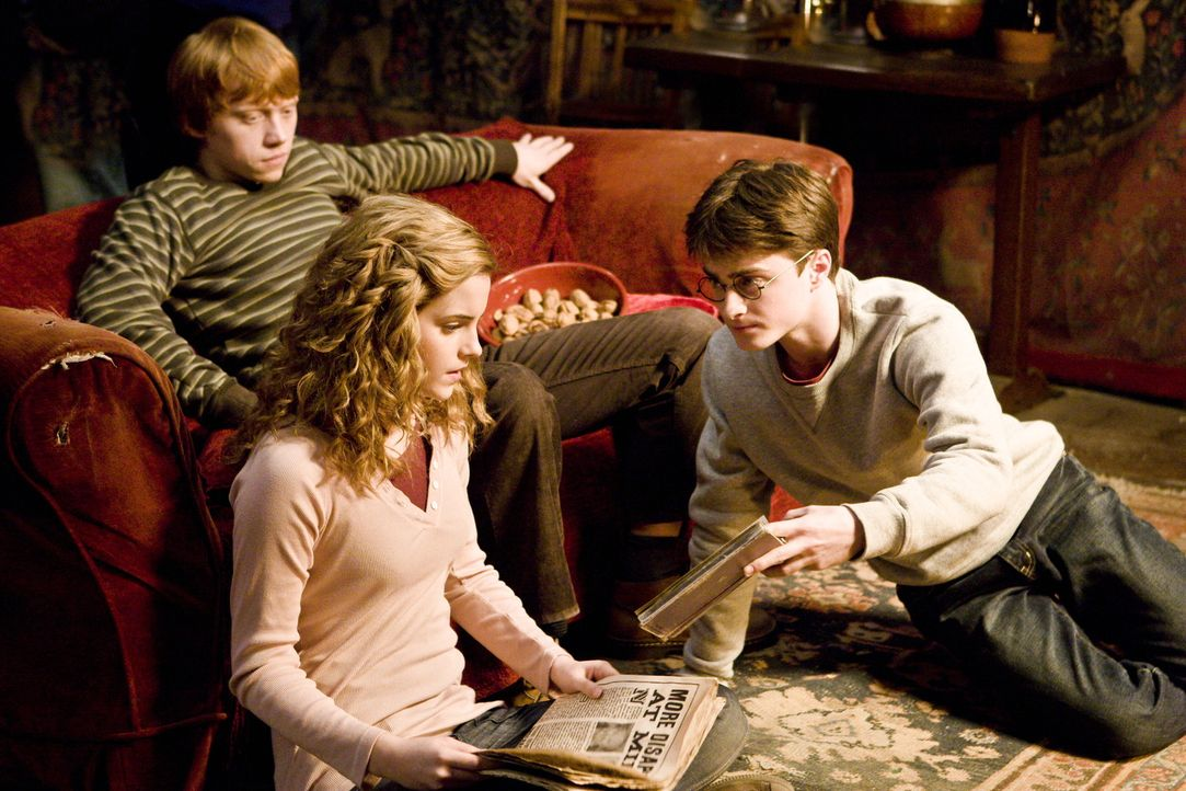 Haben ein altes Zaubertrankbuch entdeckt, das einst dem Halbblutprinzen gehörte und das sich nun für die jungen Zauberer als unschätzbar wertvoll... - Bildquelle: Warner Brothers