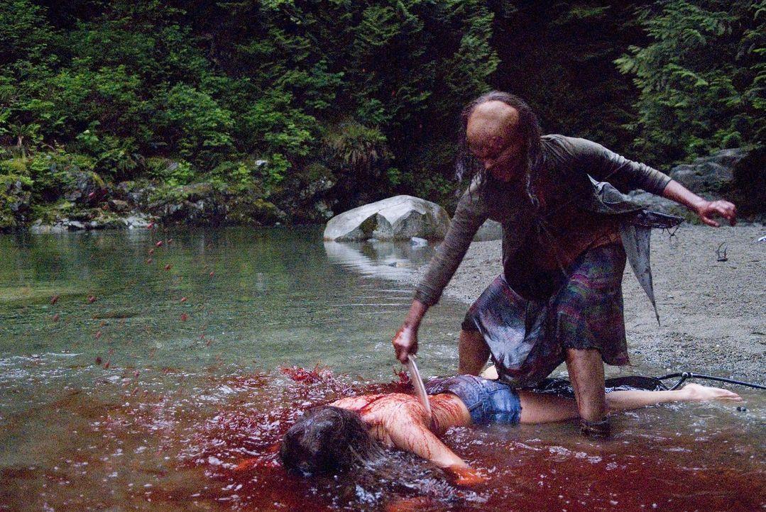 Weil ihr Bruder durchaus Gefühle entwickelte, als er der leichtbekleideten Elena (Crystal Lowe, l.) beim Sonnenbad zuschaut, rastet Sister (Rorelee...