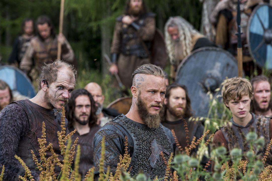 Ragnar (Travis Fimmel, M.) rückt mit seinen Männern immer weiter ins Landesinnere von Wessex vor und plant sogar, dort eine neue dauerhafte Kolonie... - Bildquelle: 2014 TM TELEVISION PRODUCTIONS LIMITED/T5 VIKINGS PRODUCTIONS INC. ALL RIGHTS RESERVED.