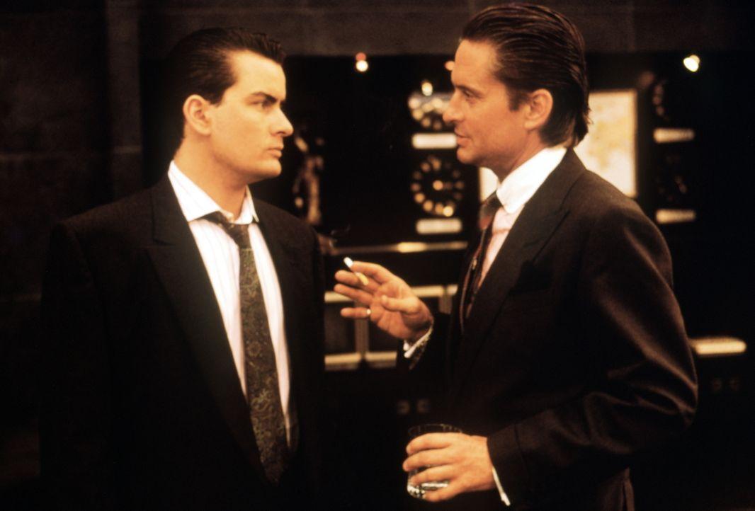 Bud Fox (Charlie Sheen, l.) ist ein junger, aufstrebender Börsenmakler, der vom großen Geld vorerst nur träumen kann. Sein größter Wunsch: mit Gekko... - Bildquelle: 20th Century Fox