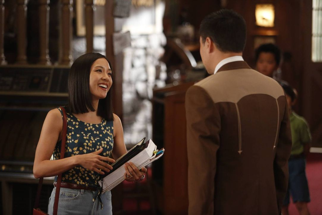 Als Jessica (Constance Wu, l.) beschließt, den Kindern Heimunterricht zu geben, ist Louis (Randall Park, r.) erfreut darüber, da sie dann dem Steakh... - Bildquelle: 2015 American Broadcasting Companies. All rights reserved.