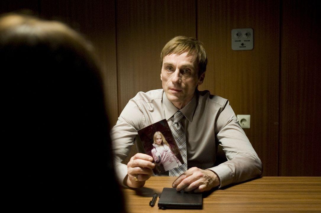 Während er der des Mordes verdächtigten Katrin eigentlich keinen Glauben schenken darf, scheint Kommissar Urban (André Hennicke) selbst etwas nicht... - Bildquelle: KATHARINA SIMMET NFP