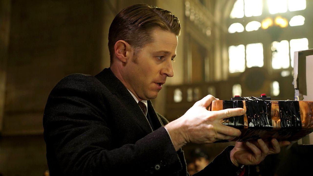 Bullock und Gordon (Ben McKenzie) verfolgen eine komplizierte Spur eines vermeintlichen Kunsträuber und Bombenlegers. Dabei ahnen sie nicht, dass di... - Bildquelle: Warner Brothers