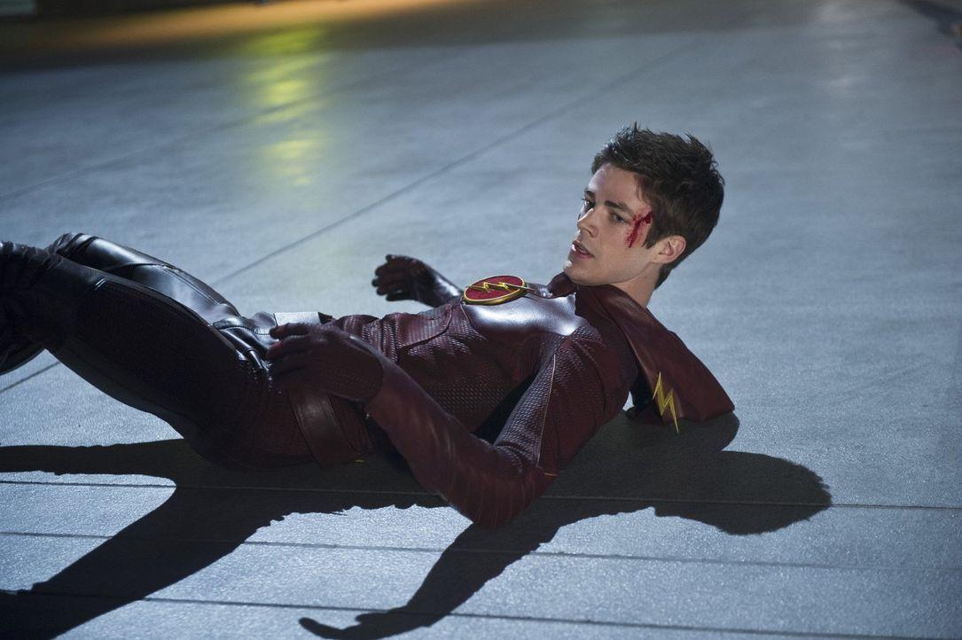 Barry alias The Flash (Grant Gustin) bekommt es mit Reverse Flash zu tun, und muss sich eingestehen, dass er diesem deutlich unterlegen ist ... - Bildquelle: Warner Brothers.