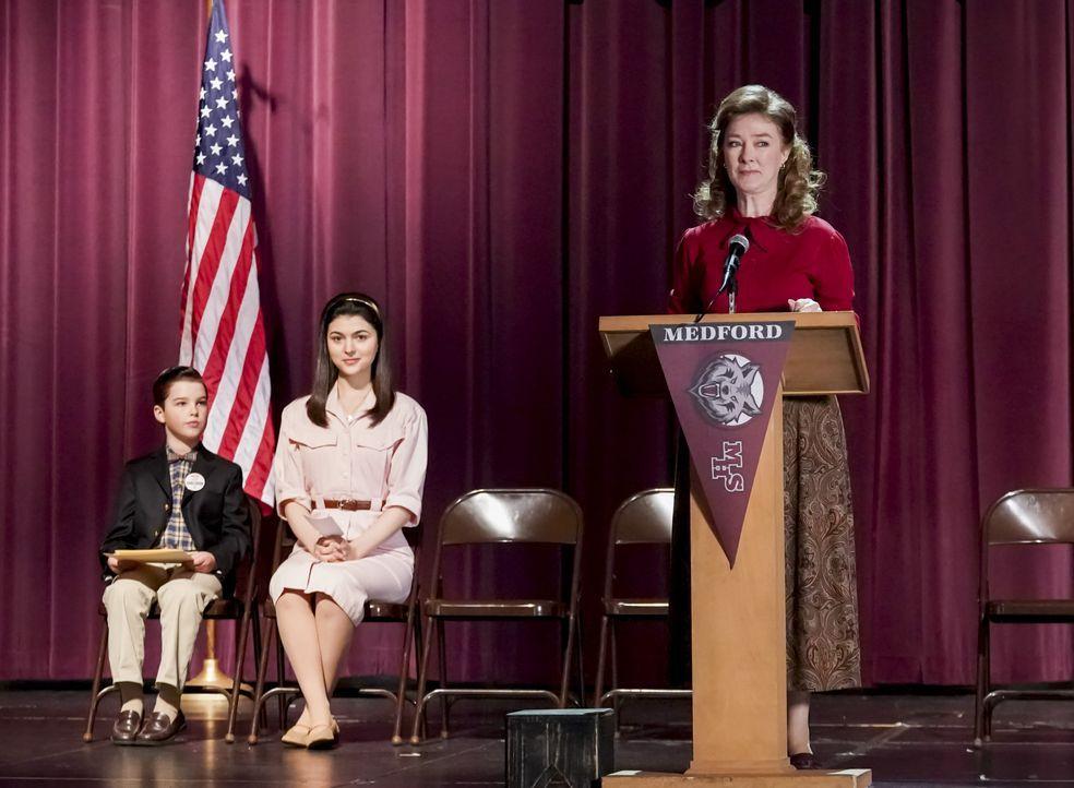 (v.l.n.r.) Sheldon Cooper (Iain Armitage); Nell Cavanaugh (Isabella Coben); Ms. Macelroy (Valerie Mahaffey) - Bildquelle: Monty Brinton 2019 CBS Broadcasting, Inc. All Rights Reserved. / Monty Brinton