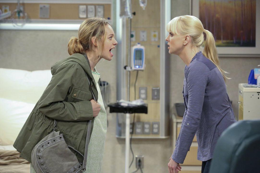 Kurz vor der Geburt rastet Violet (Sadie Calvano, l.) komplett aus und Christy (Anna Faris, r.) hat größte Mühe, sie dazu zu bewegen, in der Klinik... - Bildquelle: Warner Brothers Entertainment Inc.
