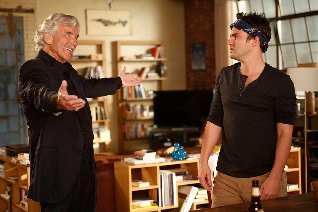 Nick (Jake Johnson, r.) bekommt unerwartet Besuch von seinem Vater (Dennis Farina, l.), worüber er allerdings gar nicht begeistert ist ... - Bildquelle: 2012 Twentieth Century Fox Film Corporation. All rights reserved.