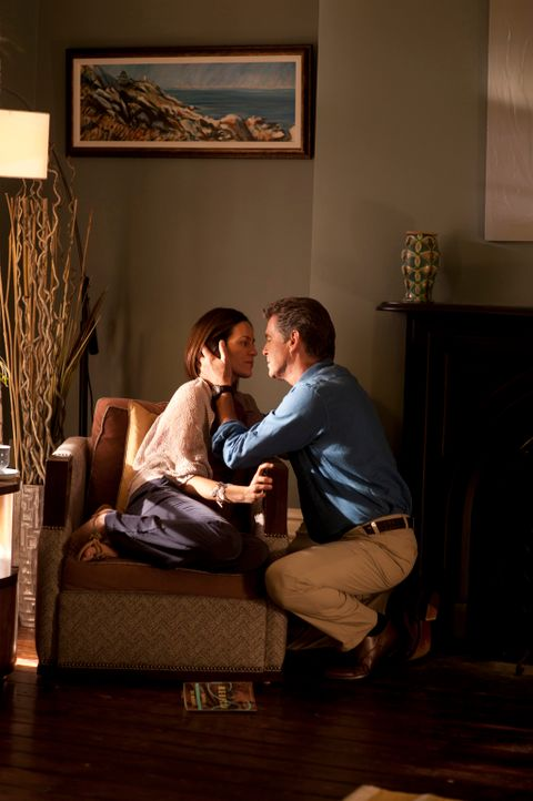 Für den Bestsellerautor Mike Noonan (Pierce Brosnan, r.) bricht eine Welt zusammen, als seine Frau Jo (Annabeth Gish, l.) tödlich verunglückt. Als e... - Bildquelle: 2011 Sony Pictures Television Inc. All Rights Reserved.