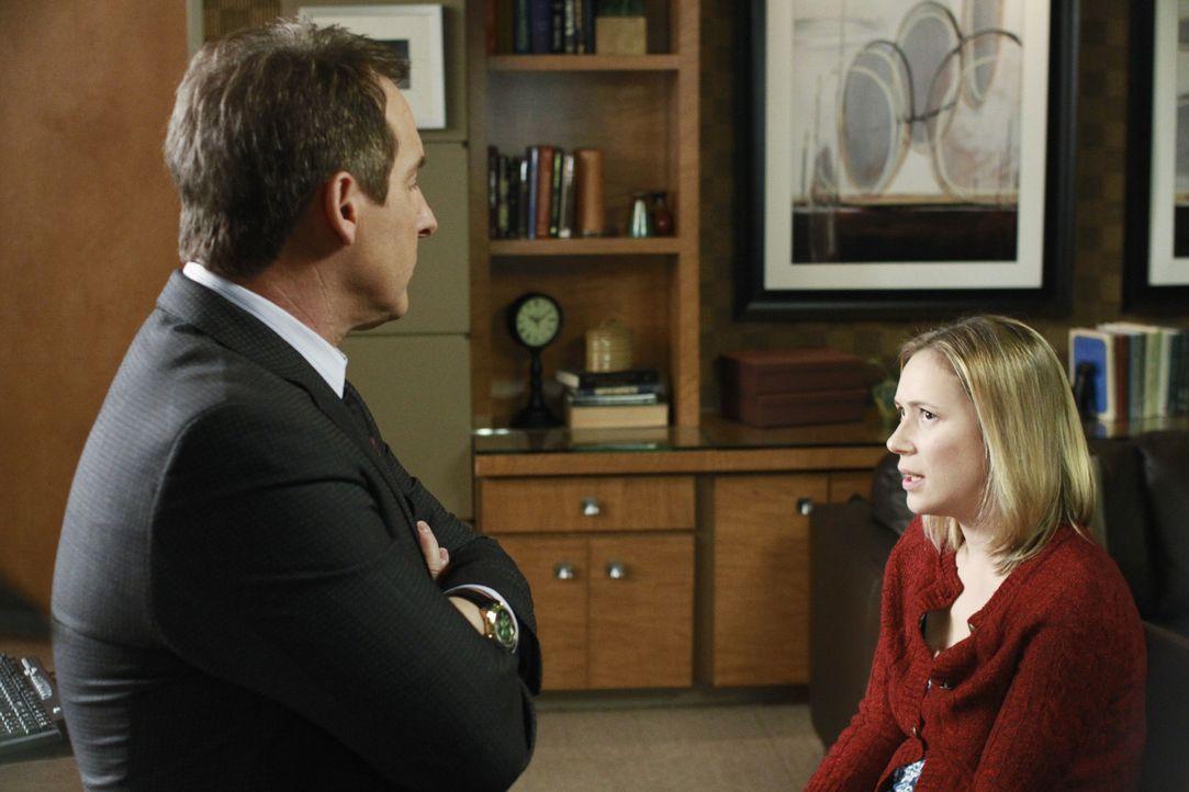 Sheldon (Brian Benben, l.) behandelt Lara, eine Patientin, deren Schwester Andi (Liza Weil, r.) an multipler Persönlichkeit leidet und nach zehn Ja... - Bildquelle: ABC Studios