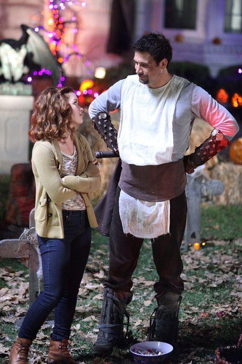 Ihre Halloween-Planung kommt bei den Nachbarn der Vorstadthölle nicht sehr gut an: George (Jeremy Sisto, r.) und Tessa (Jane Levy, l.) ... - Bildquelle: Warner Bros. Television