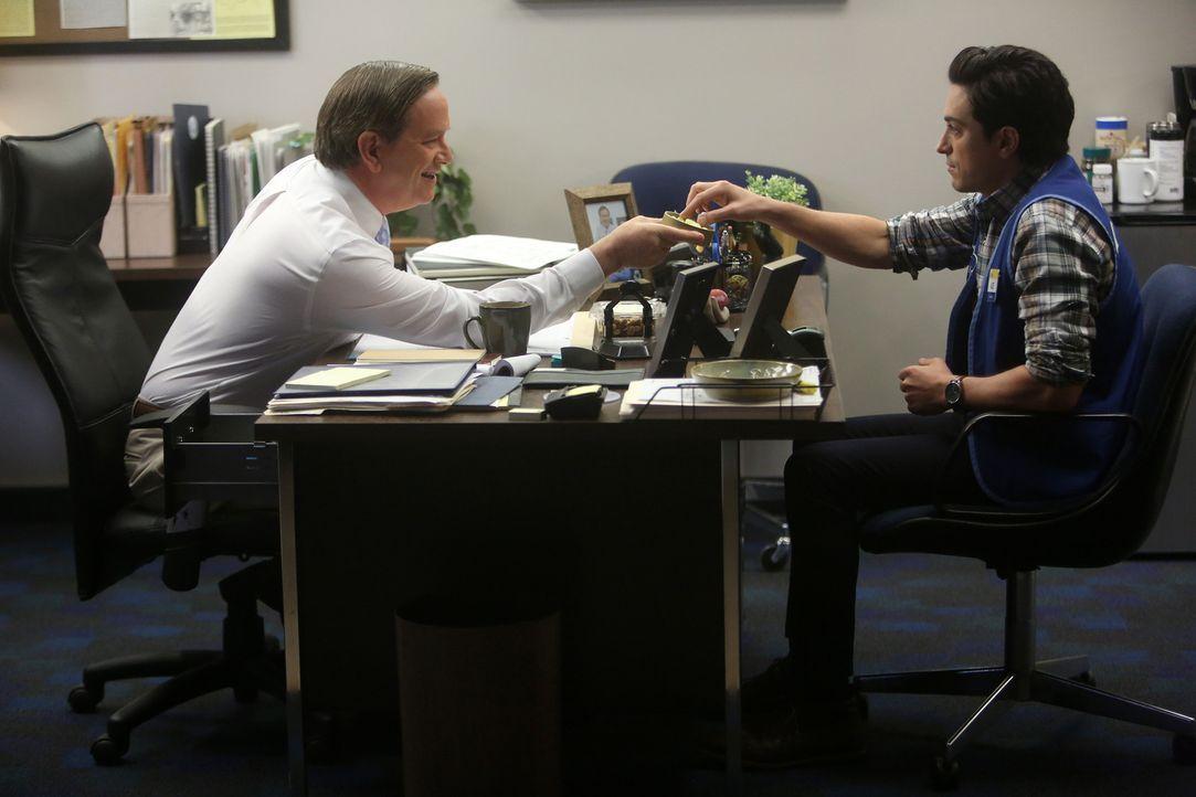 Bestechungsversuch? Glenn (Mark McKinney, l. ) vermutet, Jonah (Ben Feldman, r. ) sei der Testkäufer und schleimt sich deshalb vorsichtshalber bei i... - Bildquelle: Jordin Althaus 2015 Universal Television LLC. ALL RIGHTS RESERVED.