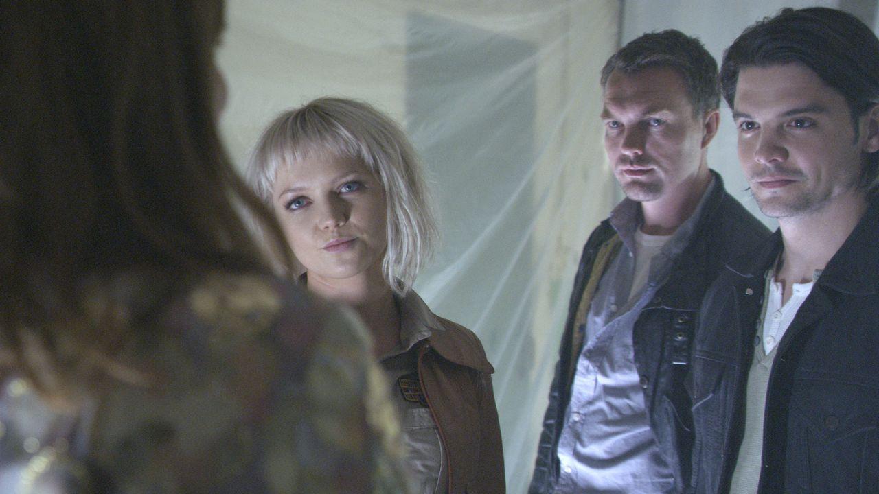 Die Hochzeitszeremonie von Jenny (Lucy Brown, l.) und Michael, wird von mörderischen Kreaturen gestört. Abby (Hannah Spearritt, 2.v.l.), Matt (Cia... - Bildquelle: ITV Plc
