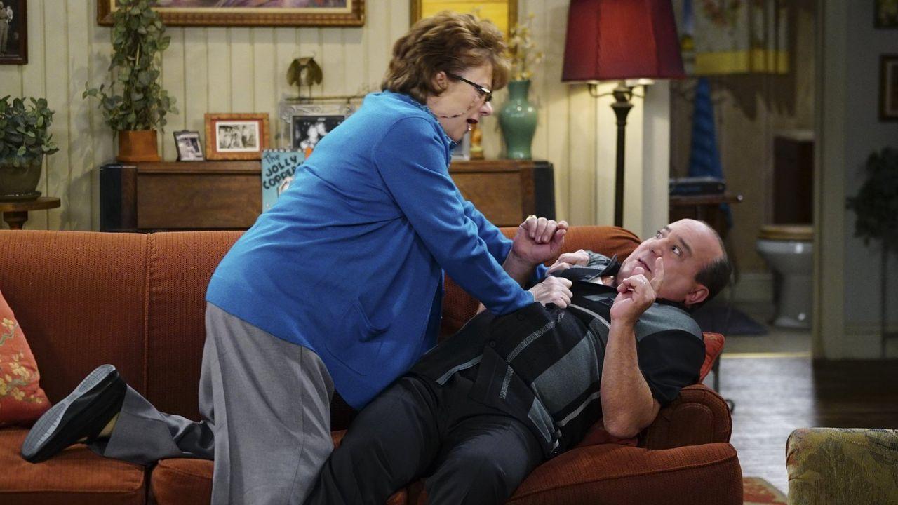 Als Peggy (Rondi Reed, l.) erfährt, dass Vince (Louis Mustillo, r.) Mike bei einem gemeinsamen Projekt im Stich gelassen hat, wird sie wütend und ge... - Bildquelle: Warner Brothers