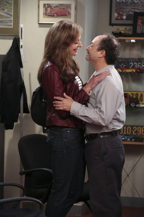 Bonnie (Allison Janney, l.) versucht, zwischen Alvin (Kevin Pollak, r.) und Christy zu vermitteln - doch wird ihr das gelingen? - Bildquelle: Warner Bros. Television