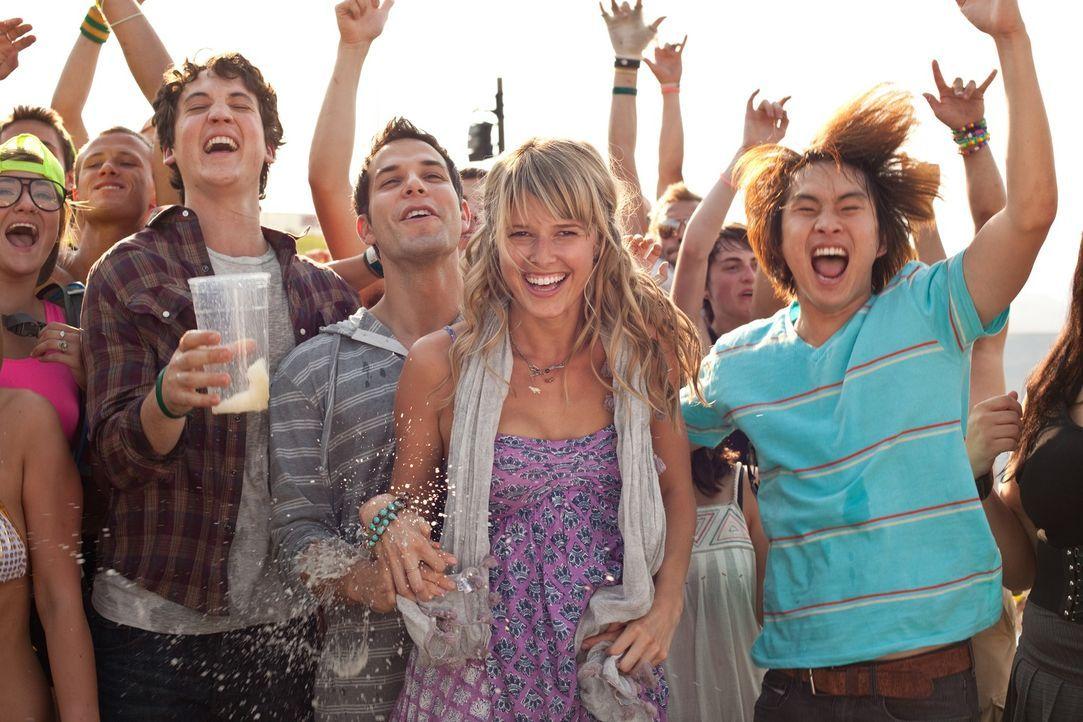 Haben mit Nicole (Sarah Wright, 2.v.r.) einen Haufen Spaß: Jeff (Justin Chon, r.), Casey (Skylar Astin, 3.v.r.) und Miller (Miles Teller, 4.v.r.) ... - Bildquelle: John Johnson 2011 Twenty One and Over Productions, Inc.