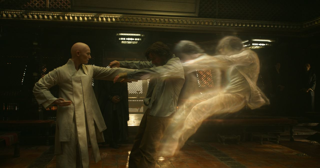 The Ancient One (Tilda Swinton, l.); Dr. Stephen Strange (Benedict Cumberbatch, r.) - Bildquelle: 2016 Marvel. All Rights Reserved.