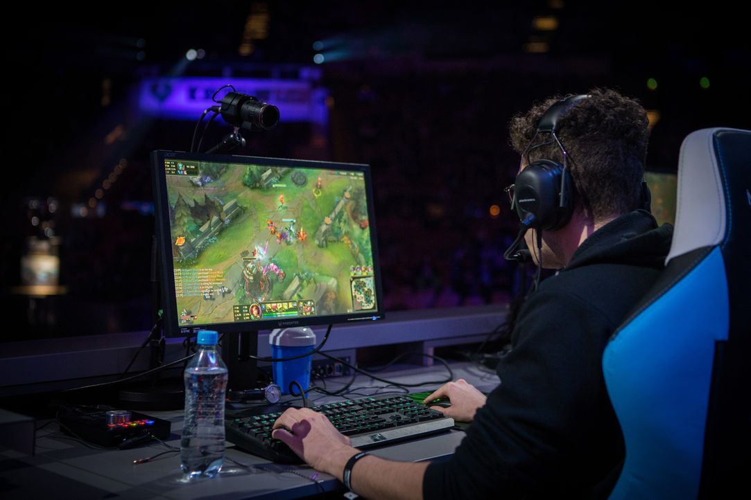 """Bei den Intel Extreme Masters kämpfen die Spieler beim """"LOL"""" (League of Legends) gegeneinander. Moderator Matthias """"Knochen"""" Remmert und ein Experte... - Bildquelle: Helena Kristiansson, ESL"""