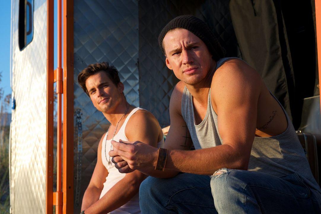 Während sich alle freuen, dass Mike (Channing Tatum, r.) mit ihnen zusammen zum letzten Auftritt der Kings of Tampa fährt, scheint Ken (Matt Bomer,... - Bildquelle: Warner Bros.