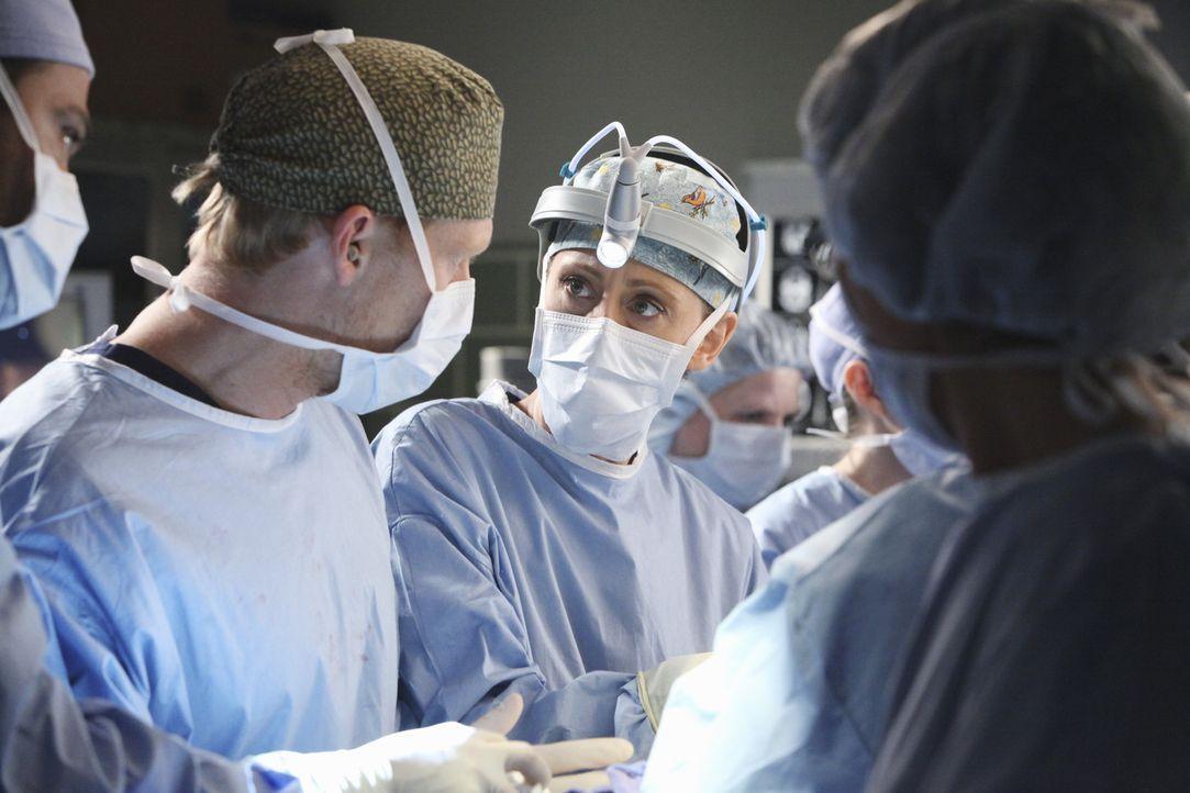 Kämpfen um das Leben von Callie und ihrem Baby: Owen (Kevin McKidd, l.) und Teddy (Kim Raver, r.) - Bildquelle: ABC Studios