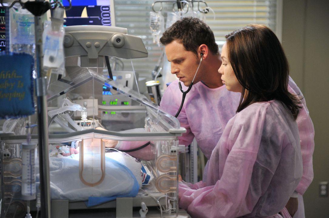 Während Meredith versucht Cristina zu unterstützen als die Spannungen zwischen ihr und Owen eskalieren, möchte Alex (Justin Chambers, l.) von Mor... - Bildquelle: ABC Studios