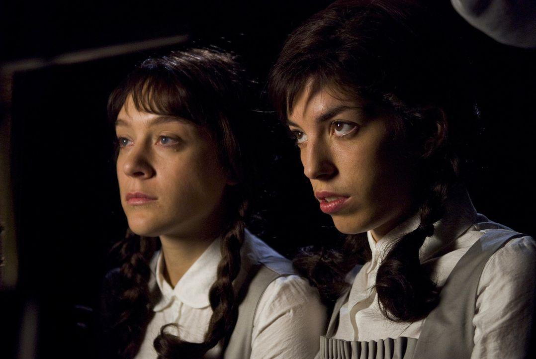 Als sich die Journalistin Grace Collier daran macht, das Schicksal der siamesischen  Zwillinge Tristiana (v.l.n.r.: Erica van Briel, Lou Doillon) au... - Bildquelle: Sony 2007 CPT Holdings, Inc.  All Rights Reserved.