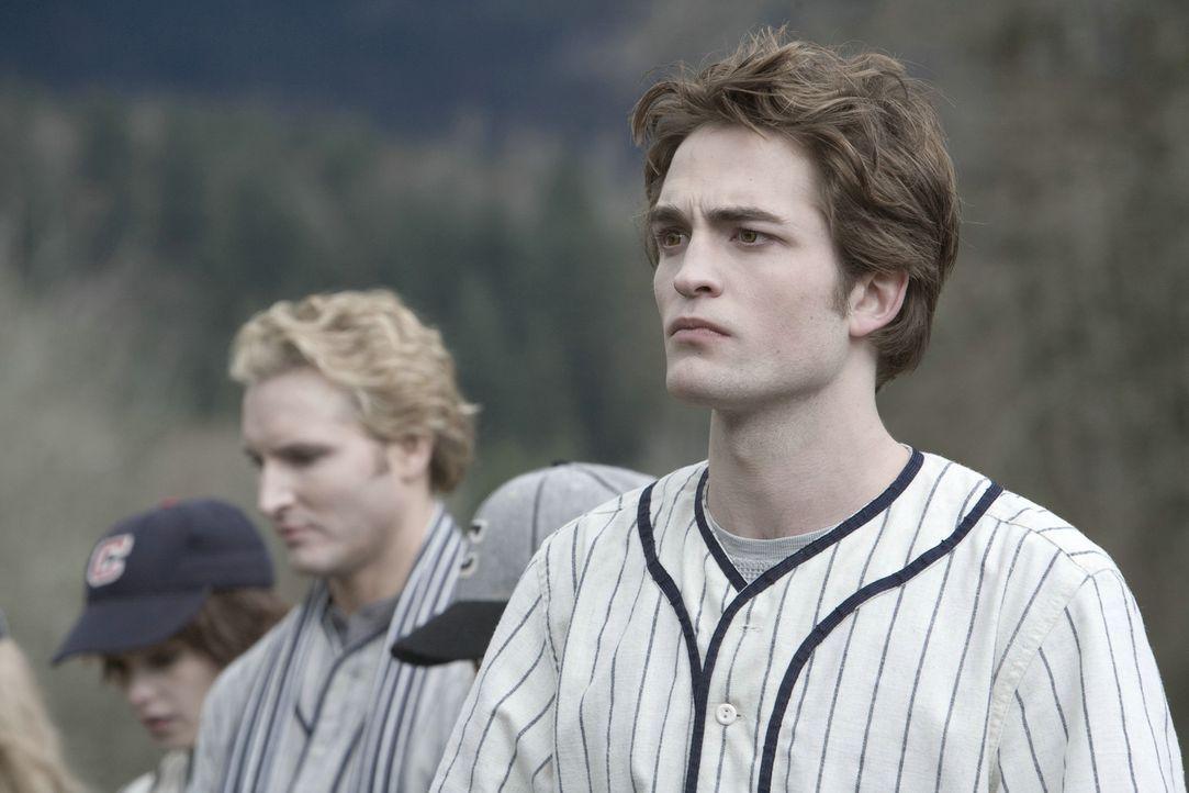 Als Edwards (Robert Pattinson, r.) Familie (Peter Facinelli, l.) Bella zu einem Baseballspiel der etwas anderen Art einlädt, tauchen plötzlich dre... - Bildquelle: 2008 Summit Entertainment, LLC All Rights Reserved