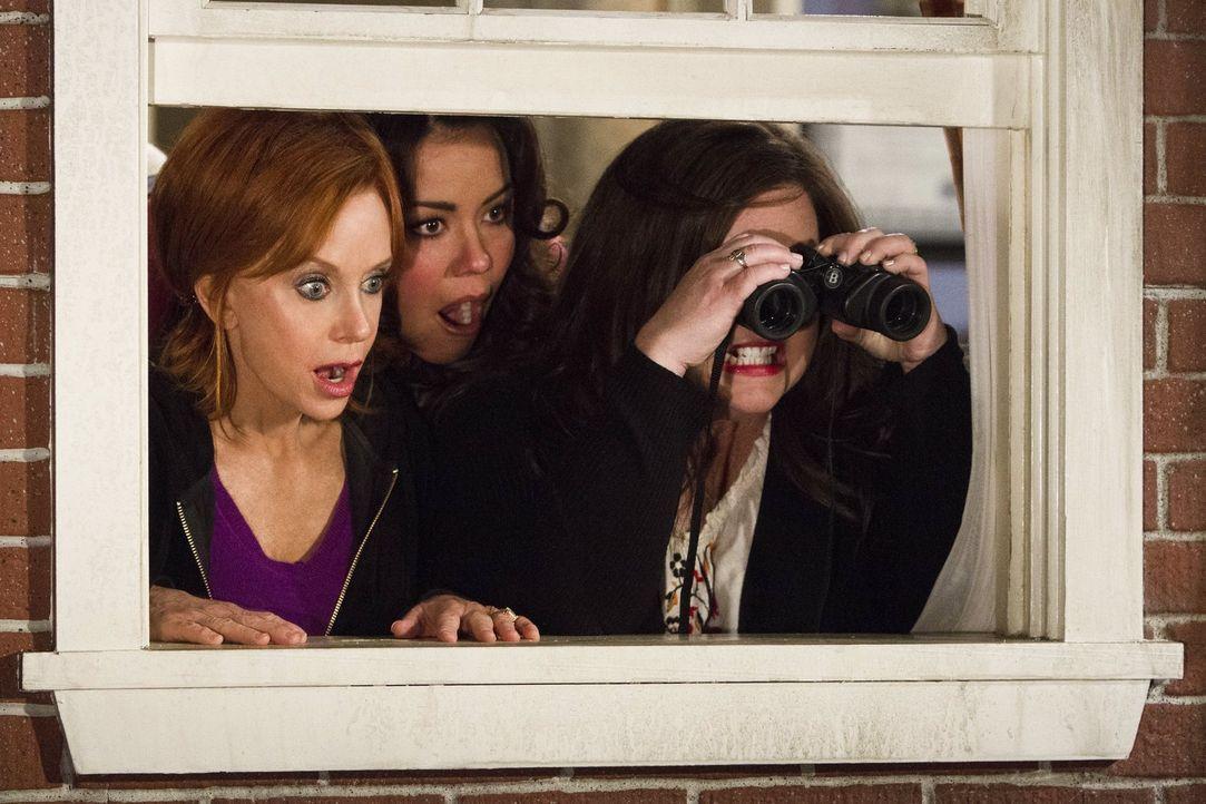 Können nicht glauben, was sie bei ihrem Nachbarn entdecken: Molly (Melissa McCarthy, r.), Joyce (Swoosie Kurtz, l.) und Victoria (Katy Mixon, M.) ... - Bildquelle: Warner Brothers