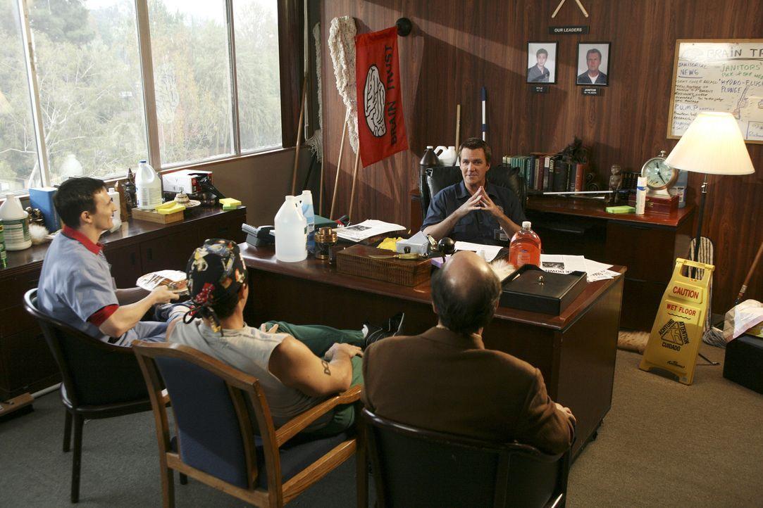 """Im """"Brain Trust""""-Club geht es heiß her: Der Hausmeister (Neil Flynn, hinten) gründet ihn gemeinsam mit Ted (Sam Lloyd, r.), Todd (Robert Maschio,... - Bildquelle: Touchstone Television"""