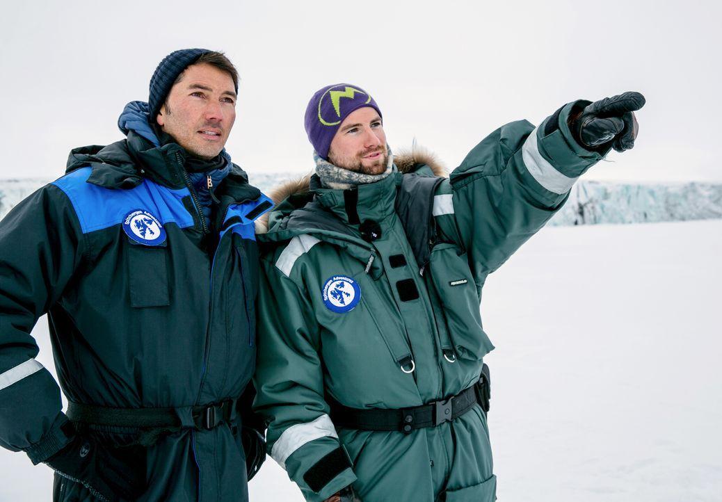 Stefan Gödde (l.) reist ins norwegische Spitzbergen und erkundet mit einem Eisbär-Guide den schwindenden Lebensraum der mächtigen Raubtiere ... - Bildquelle: ProSieben