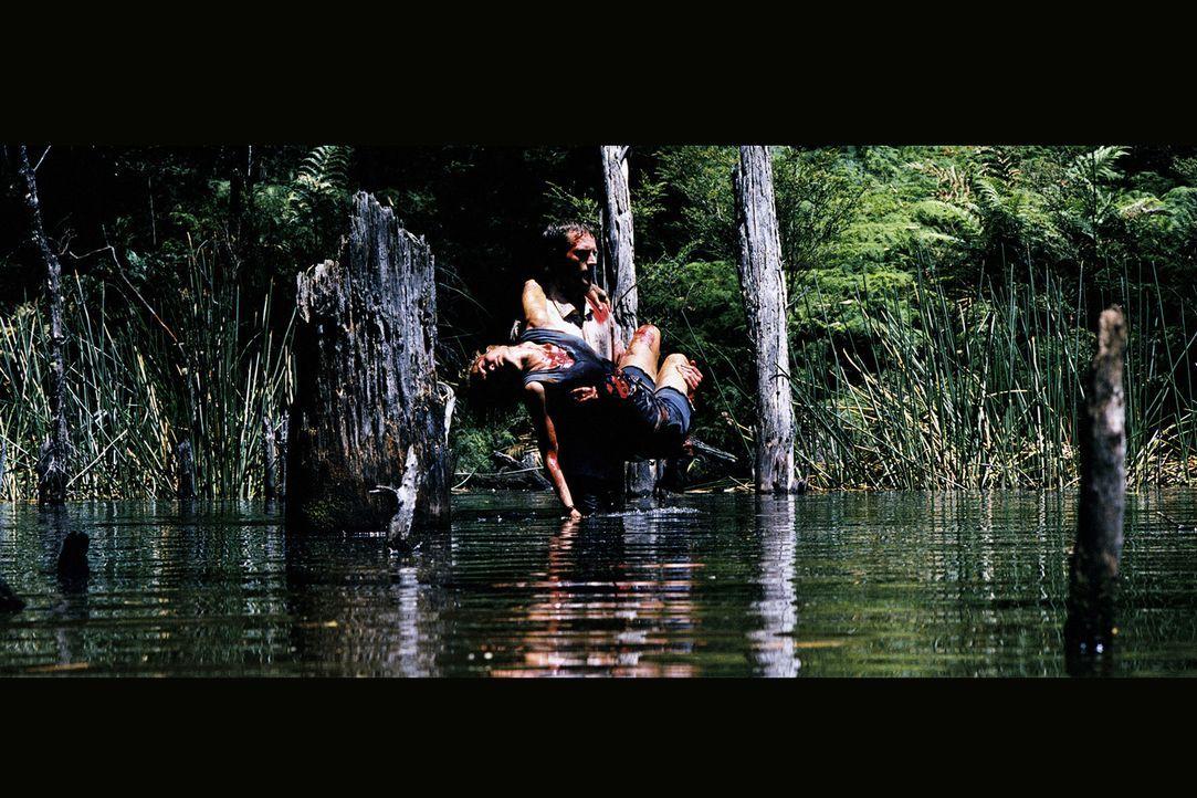 Als der Abenteurer Pete (Michael Vartan, stehend) die Bootsführerin Kate (Radha Mitchell) überredet, mal unbekannte Nebenwege zu befahren, ahnt er...