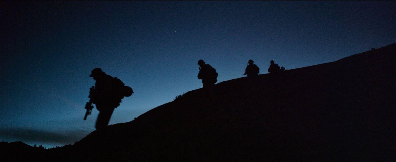 Afghanistan 2005: Vier junge US-Soldaten werden in einer Nacht- und Nebelaktion am Hindukusch ausgesetzt, um einen hochrangigen Taliban per Fernschu... - Bildquelle: Universal Pictures
