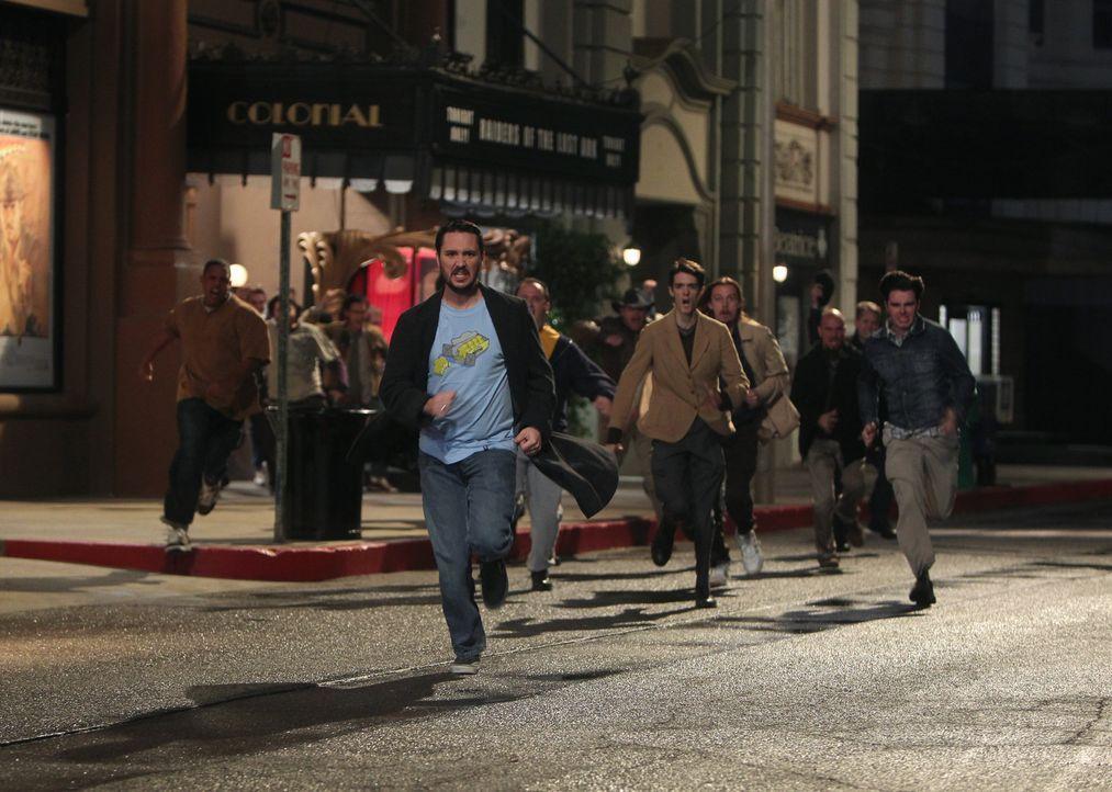 """Nachdem Sheldon keine Karten mehr für die neue Version des Indiana Jones-Films """"Jäger des verlorenen Schatzes"""" bekommen hat, klaut er die Filmrolle.... - Bildquelle: Warner Bros. Television"""