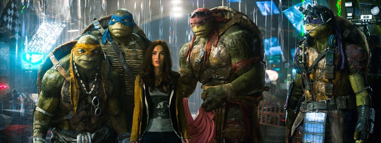 """April (Megan Fox, 3.v.l.) wird Zeugin dessen, wie eine maskierte Gestalt Soldaten des """"Foot Clans"""" besiegt und geht der Sache auf den Grund. Ihre Ne... - Bildquelle: MMXIV Paramount Pictures Corporation. All Rights Reserved."""