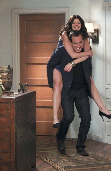 Als Nathan (Will Arnett, vorne) Beth (Casey Wilson, hinten) mit nach Hause bringt, weiß er noch nicht, dass am nächsten Tag eine Aufklärungsstund... - Bildquelle: 2013 CBS Broadcasting, Inc. All Rights Reserved.