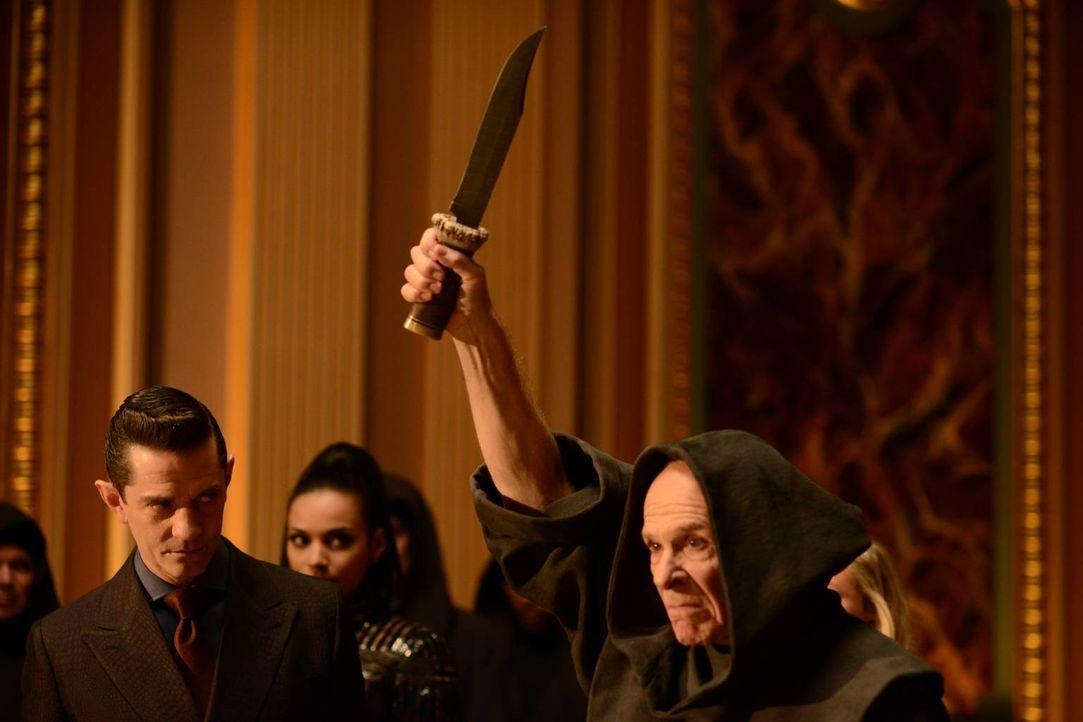 Bruce Wayne muss sterben. Doch wird es Gordon gelingen, Theo Galavan (James Frain, l.), Father Creal (Ron Rifkin, r.) und Tabitha Galavan (Jessica L... - Bildquelle: Warner Brothers