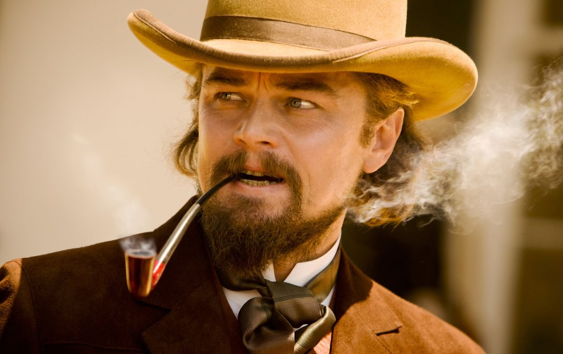 Noch ist der zwielichtige Plantagenbesitzer Calvin Candie (Leonardo DiCaprio) fest davon überzeugt, dass er Schultz und Django in seiner Hand hat. E... - Bildquelle: 2012 Columbia Pictures Industries, Inc.  All Rights Reserved.
