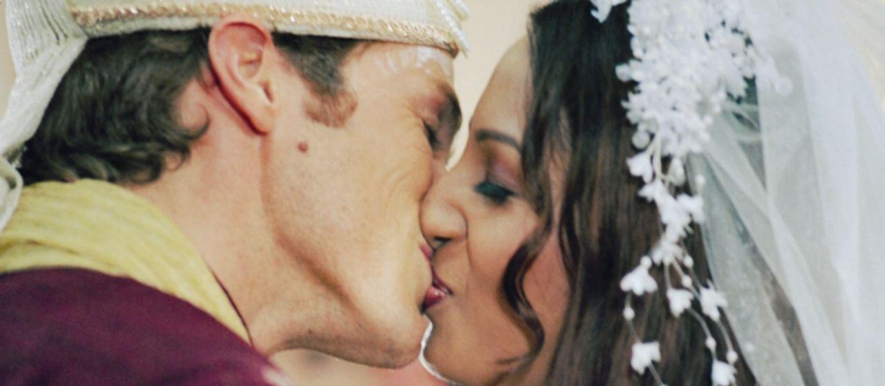 Im Bollywood-Himmel: Alex (Jason Lewis, l.) heiratet die Bollywood-Schönheit Reena (Kashmira Shah, r.) ...