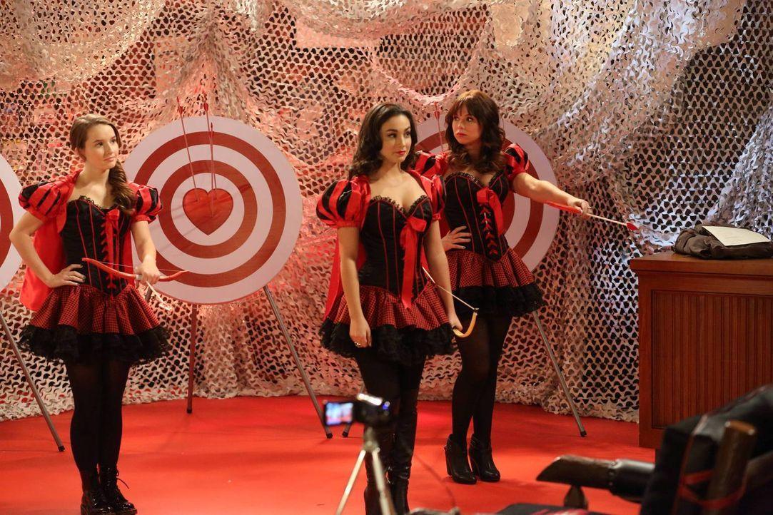 """Unterdessen führen die drei Schwestern Kristin (Amanda Fuller, r.), Mandy (Molly Ephraim, M.) und Eve (Kaitlyn Dever, l.) die """"Ingloroius Baxters"""" w... - Bildquelle: 2011 Twentieth Century Fox Film Corporation"""