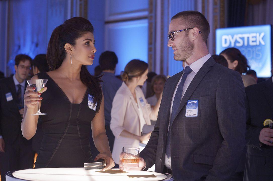 Bei ihrem ersten Undercover-Einsatz kommen sich Alex (Priyanka Chopra, l.) und Ryan (Jake McLaughlin, r.) plötzlich näher ... - Bildquelle: 2015 ABC Studios