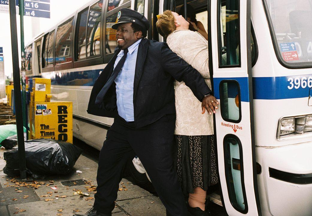 """Der New Yorker Busfahrer Ralph Kramden (Cedric """"the Entertainer"""", l.) hat viele Ideen, wie man schnell und ohne große Mühe reich werden kann. Doch w... - Bildquelle: TM &   2006 Paramount Pictures. All Rights Reserved."""