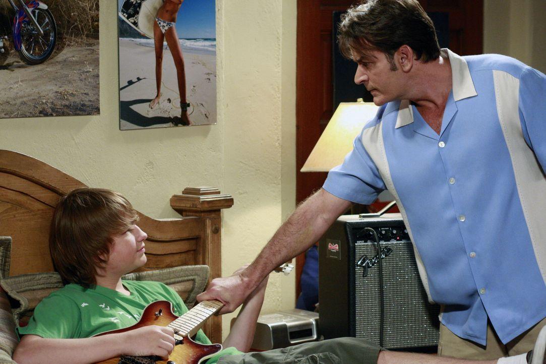 Jake (Angus T. Jones, l.) ist so unhöflich zu Chelsea, dass Charlie (Charlie Sheen, r.) von ihm verlangt, sich mit seiner Verlobten auszusprechen.... - Bildquelle: Warner Bros. Television