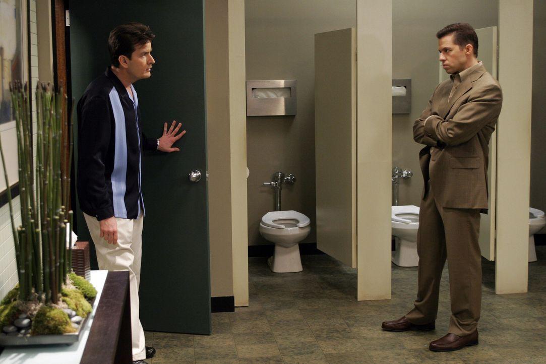 Alan (Jon Cryer, r.) und Charlie (Charlie Sheen, l.) ahnen nicht, dass Jamie eine noch offene Rechnung mit ihnen begleichen möchte ... - Bildquelle: Warner Bros. Television