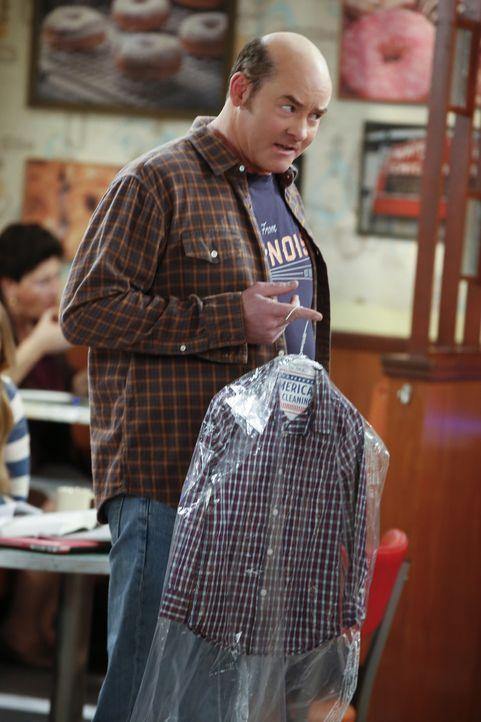 Das Tushs (David Koechner) Hemd bei Fawz in der Wäscherei zerstört wurde, bringt die beiden näher zusammen. Oder doch nicht? - Bildquelle: Monty Brinton 2017 CBS Broadcasting, Inc. All Rights Reserved