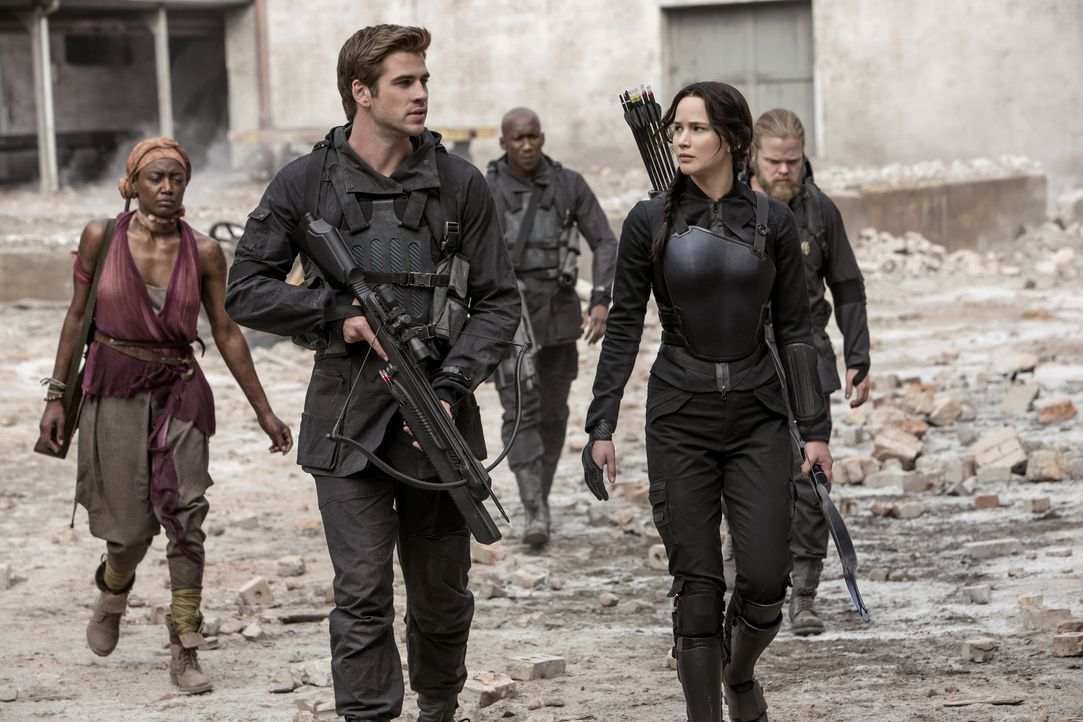 Gemeinsam sind Katniss (Jennifer Lawrence, r.), Gale (Liam Hemsworth, l.) und die anderen Widerstandskämpfer bereit, alles zu geben, um die Gefangen... - Bildquelle: Murray Close TM &   2014 Lions Gate Entertainment Inc. All rights reserved.