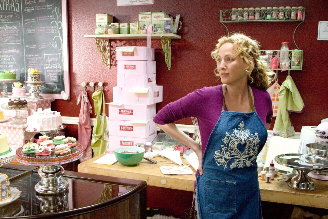 """Zum Geburtstag ihres Mannes kauft Agatha (Virginia Madsen) ein Buch mit dem Titel """"The Number 23"""". Nach und nach beginnt ihr Mann sich mit dem Roman... - Bildquelle: 2007 Warner Brothers"""